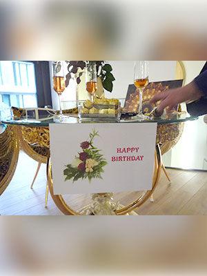 Ricarda M. mit Geburtstagsgeschenken
