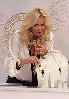 Ricarda M. präsentiert Schmuck bei Channel21